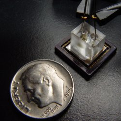 The size of a US quarter. An exemplar of the new microscope developed at Caltech. In the picture, the comparison between the microscope and a US quarter can be seen.